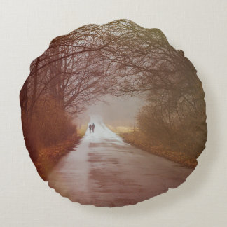 Bosque misterioso, gente que camina, paisaje cojín redondo