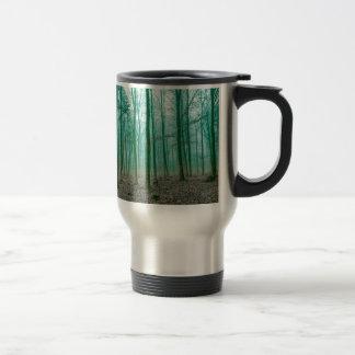 Bosque místico en la niebla en verde taza de viaje