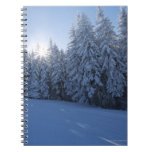 bosque nevoso en la montaña libro de apuntes con espiral