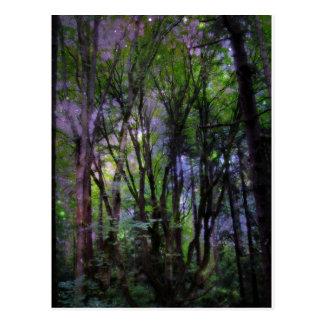 Bosque surrealista de las luces de hadas postal