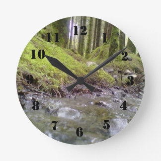 Bosque y agua reloj redondo mediano