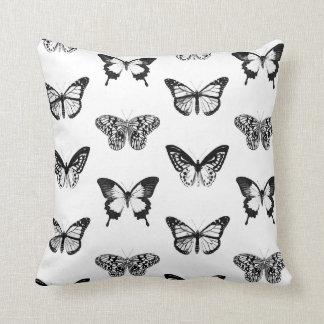 Bosquejo de la mariposa, blanco y negro cojín