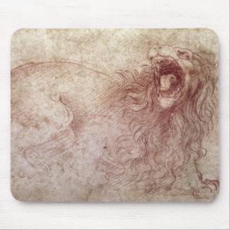 Bosquejo de un león del rugido (tiza roja en el pa tapete de ratón