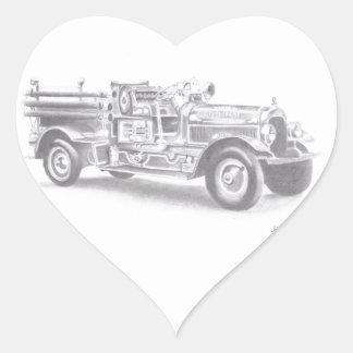 bosquejo dibujado mano del coche de bomberos del v pegatina de corazon