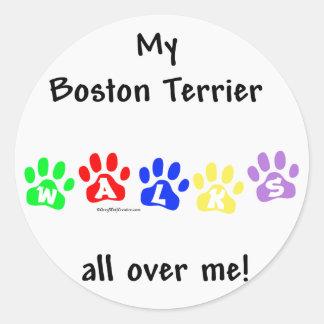 Boston Terrier camina por todo mí Pegatina Redonda