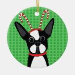 Boston Terrier con el ornamento de la venda del Adorno Navideño Redondo De Cerámica
