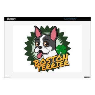 Boston Terrier con un trébol de cuatro hojas Calcomanía Para Portátil