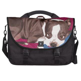 Boston Terrier que descansa sobre el sofá rojo - p Bolsa Para Ordenador