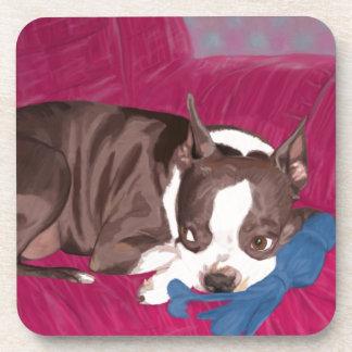 Boston Terrier que descansa sobre el sofá rojo - p Posavasos