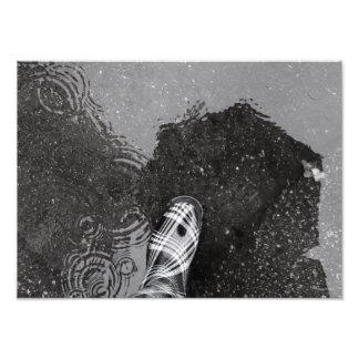 Bota de lluvia en charco fotografías