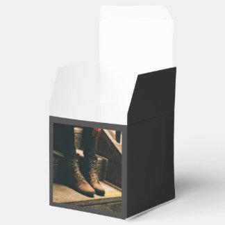 Bota temática, vista de una pierna de las personas caja para regalos de fiestas