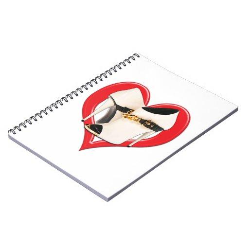 Botas de cuero blancas del corazón con la cadena d note book