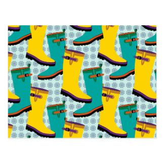 Botas de lluvia coloridas tarjeta postal