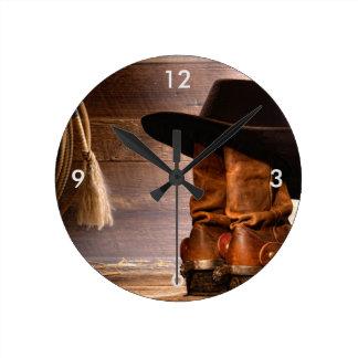 Botas de montar a caballo y gorra de vaquero reloj redondo mediano