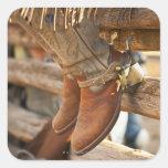 Botas de vaquero en la cerca 2 calcomanía cuadradas personalizada