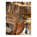 Botas de vaquero en la cerca 2 tarjetas postales