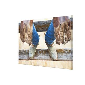 Botas de vaquero en la cerca impresión en lienzo estirada
