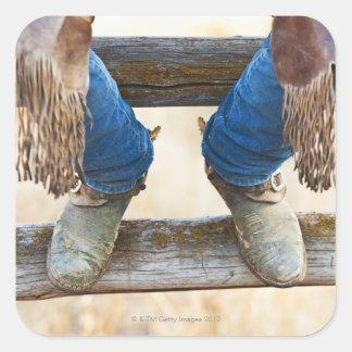 Botas de vaquero en la cerca calcomania cuadradas personalizadas