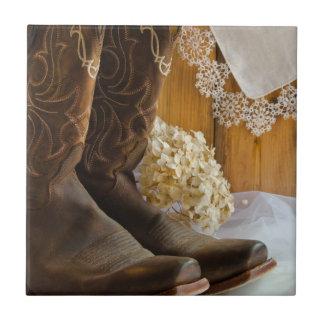 Botas de vaquero y boda occidental del país del azulejo cuadrado pequeño