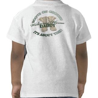 Botas en el muchacho de tierra de Daddys Camiseta