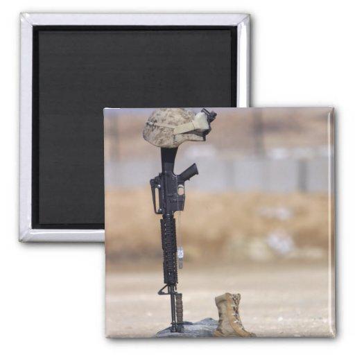 Botas, rifle, placas de identificación, y casco imán cuadrado