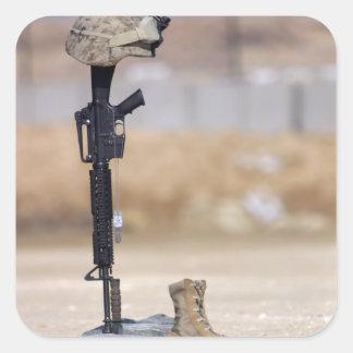 Botas, rifle, placas de identificación, y casco pegatina cuadrada