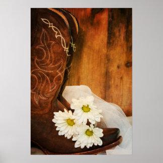 Botas y margaritas blancas que casan la impresión  poster