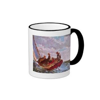 Bote de la navegación del vintage en un mar abiert taza de café