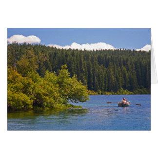 Bote de remos en el lago claro tarjeta
