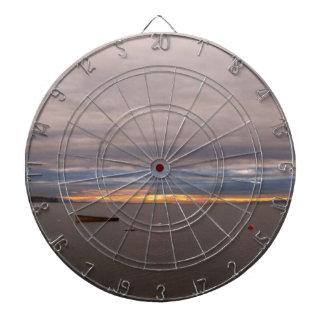 Bote de remos en la puesta del sol tabla dardos