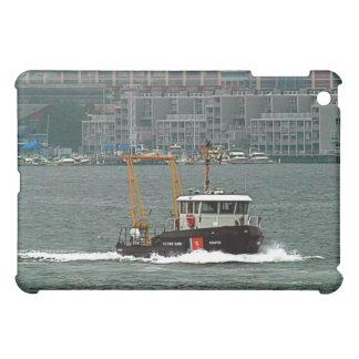 Bote patrulla del guardacostas en el puerto de Bos