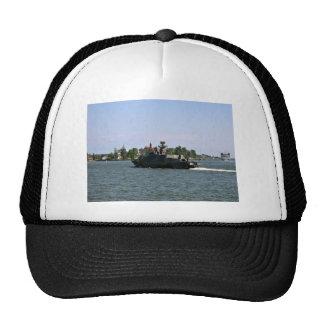Bote patrulla militar contra el cielo azul gorra
