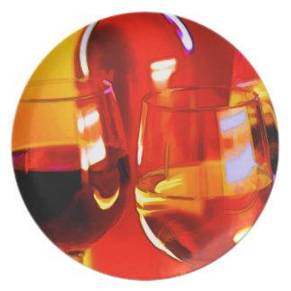 Botella abstracta de vino y de vidrios platos de comidas