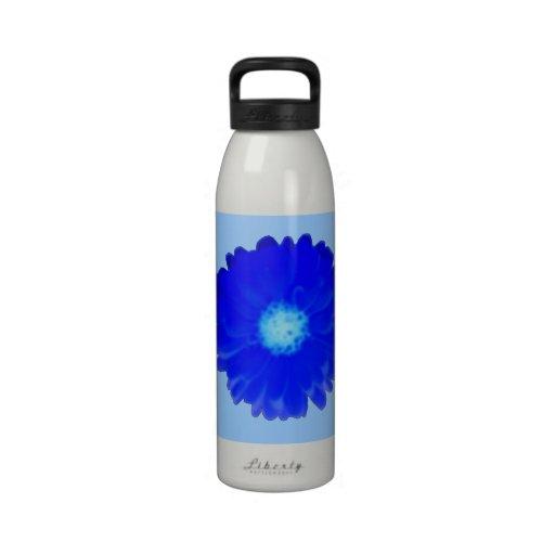 Botella de agua azul fresca de la maravilla