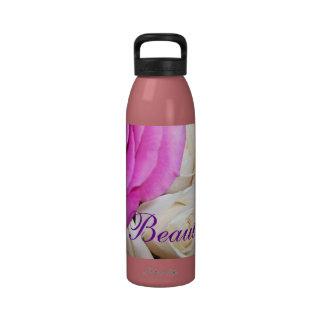 Botella de agua color de rosa hermosa