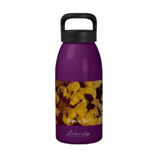 Botella de agua con lema de las hojas y del agua d