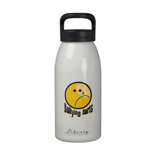 Botella de agua de los daños que tiraniza