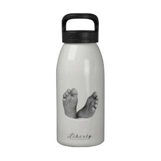 Botella de agua de los pies del bebé