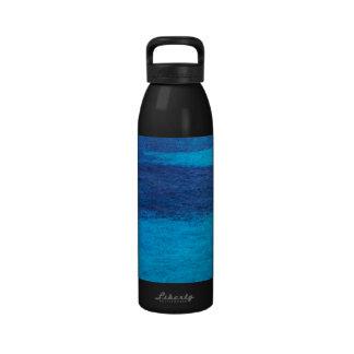 Botella de agua del azul del Océano Pacífico