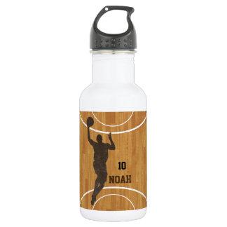 Botella de agua del muchacho de la cancha de