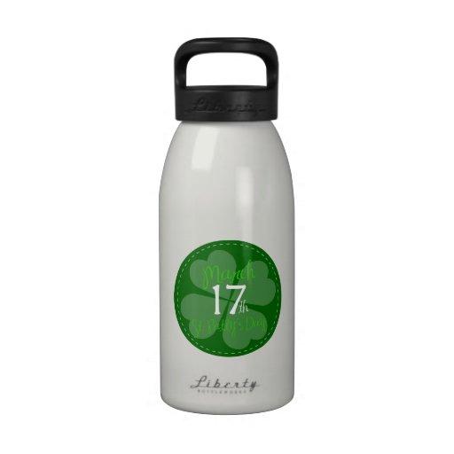 Botella de agua del trébol del trébol del día de S