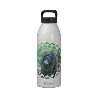 Botella de agua hambrienta del gorila
