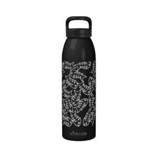 Botella de agua negra de las espinas de pez