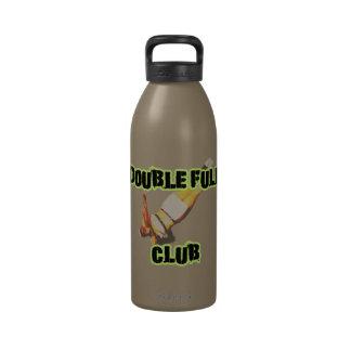 Botella de agua que cae del club lleno doble