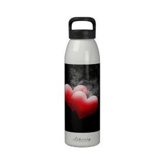 Botella de agua roja de los corazones que fuma