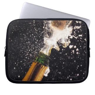 Botella de estallido del champán fundas computadoras