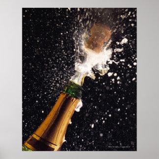Botella de estallido del champán poster
