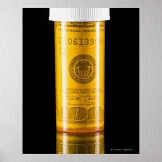 Botella de la prescripción con cientos billetes de póster