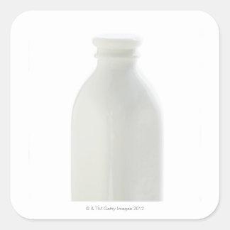Botella de leche en el fondo blanco pegatina cuadrada