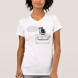 Botella de perfume en la camiseta blanca playera